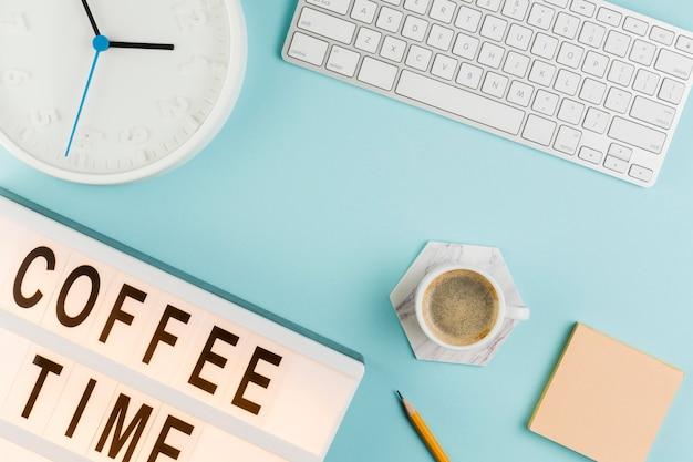 Bovenaanzicht van bureau met toetsenbord en koffie Gratis Foto
