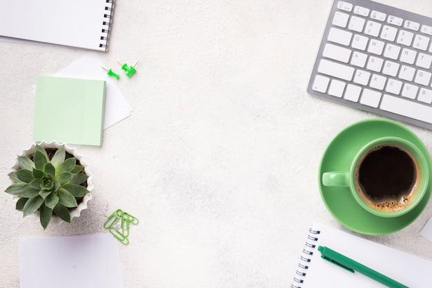 Bovenaanzicht van bureau met vetplant en briefpapier Gratis Foto