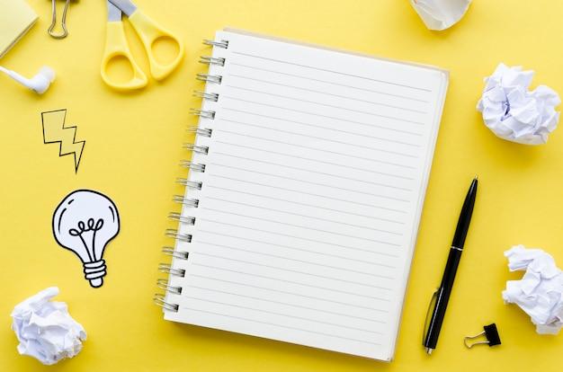 Bovenaanzicht van bureaublad met laptop en pen Gratis Foto