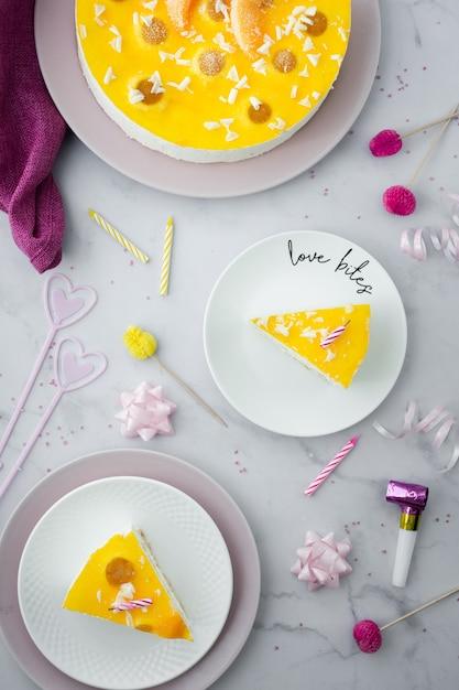 Bovenaanzicht van cake en verjaardag decoraties Gratis Foto