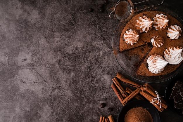 Bovenaanzicht van cake met kaneelstokjes Premium Foto