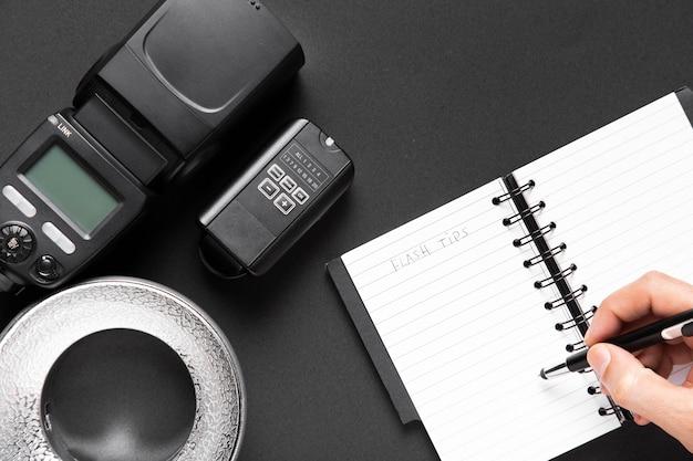 Bovenaanzicht van camera en laptop op zwarte achtergrond Gratis Foto