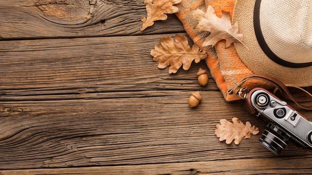 Bovenaanzicht van camera met herfstbladeren en kopie ruimte Gratis Foto