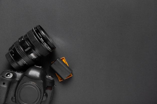 Bovenaanzicht van camera op zwarte achtergrond Gratis Foto