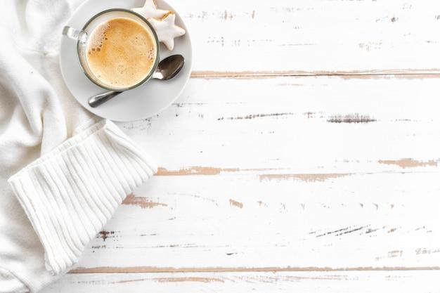Bovenaanzicht van cappuccino op witte houten tafel Premium Foto