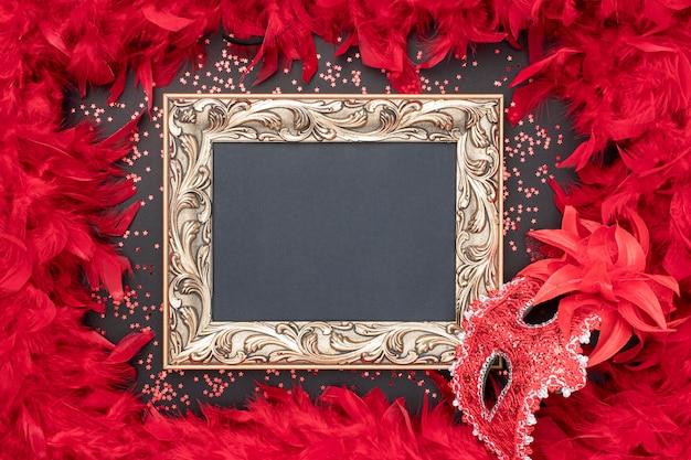 Bovenaanzicht van carnaval masker met frame en veren Premium Foto