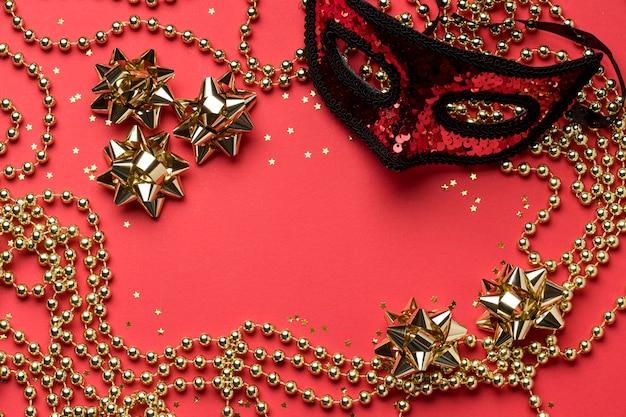 Bovenaanzicht van carnaval masker met kralen en strikken Gratis Foto