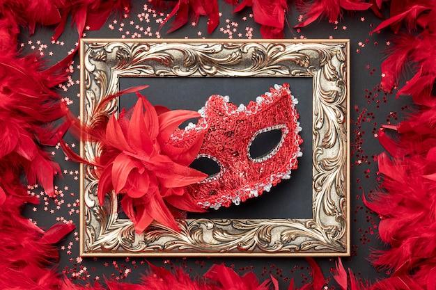 Bovenaanzicht van carnaval masker met veren en frame Premium Foto