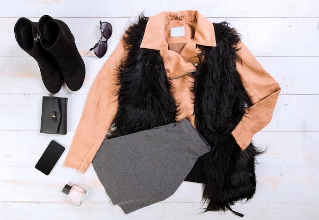 Bovenaanzicht van casual outfits van de vrouw Premium Foto