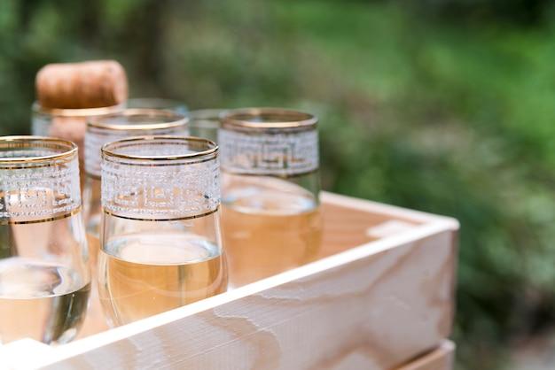 Bovenaanzicht van champagneglazen in houten krat Gratis Foto