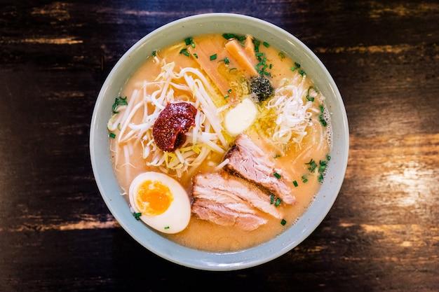Bovenaanzicht van chashu pork in ramen pork bone and spicy paste soup (kara miso ramen). Premium Foto