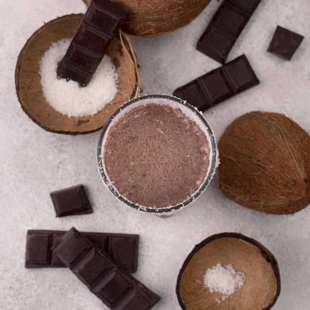 Bovenaanzicht van chocolade milkshake glas met kokos Gratis Foto