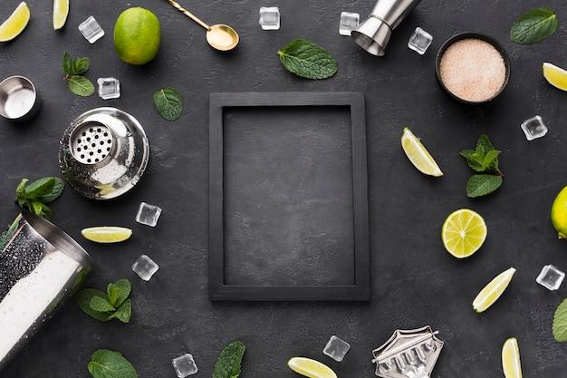 Bovenaanzicht van cocktail essentials met frame en mint Gratis Foto