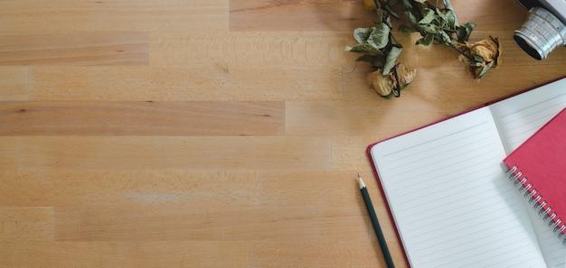 Bovenaanzicht van comfortabele werkplek met open notebook- en kantoorbenodigdheden Premium Foto