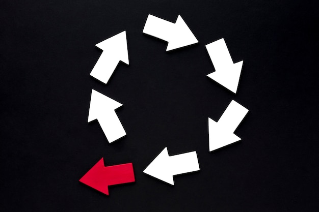 Bovenaanzicht van concentrische pijlen met een die de cirkel doorbreekt Gratis Foto