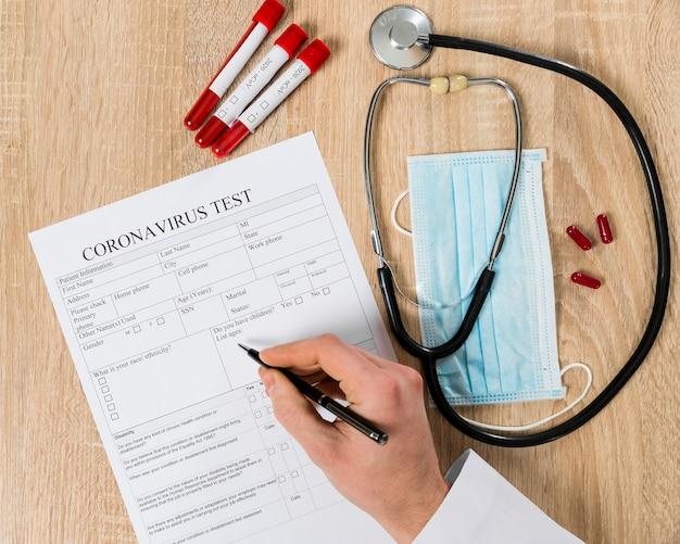 Bovenaanzicht van coronavirus testpapier ingevuld door arts Gratis Foto