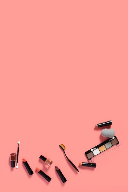 Bovenaanzicht van cosmetische accessoires op effen bakground met kopie ruimte Gratis Foto