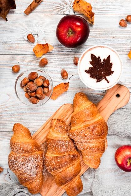Bovenaanzicht van croissants en koffie Gratis Foto