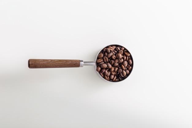 Bovenaanzicht van cup met gebrande koffiebonen Gratis Foto