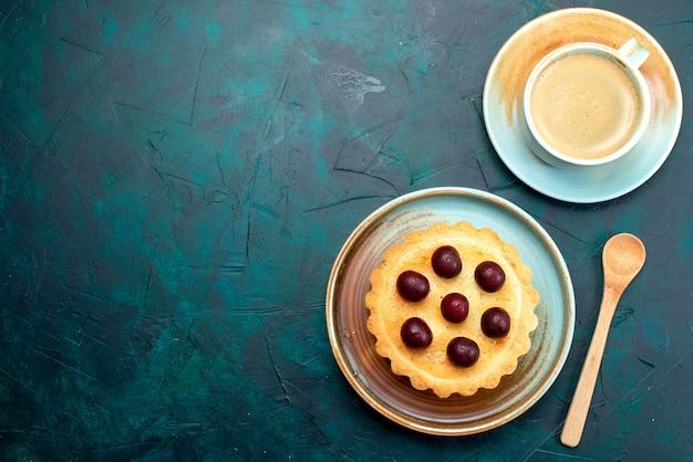 Bovenaanzicht van cupcake met verse kersen naast schuimige latte Gratis Foto