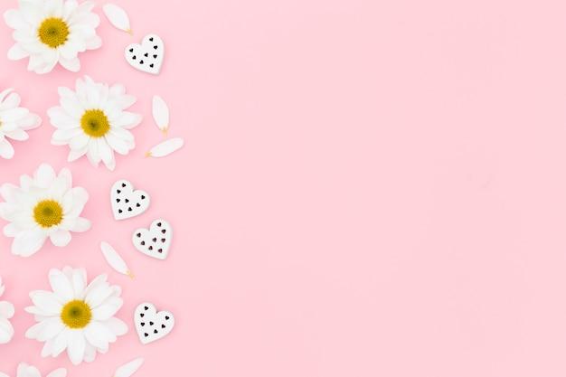 Bovenaanzicht van daisy en hart met kopie ruimte Gratis Foto