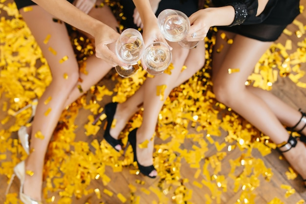 Bovenaanzicht van dames die plezier hebben op fest en gerinkel wijnglazen Gratis Foto