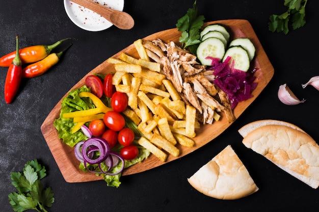 Bovenaanzicht van de arabische kebab sandwich Gratis Foto