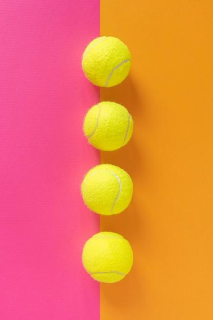 Bovenaanzicht van de lijn op tennisballen Gratis Foto