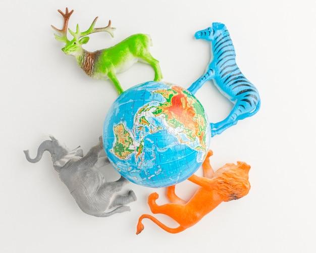 Bovenaanzicht van de planeet aarde met dierenbeeldjes voor dierendag Gratis Foto