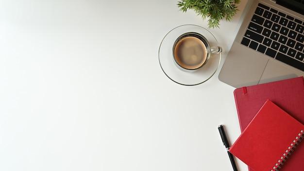 Bovenaanzicht van de werkruimte van bureau met laptop. Premium Foto