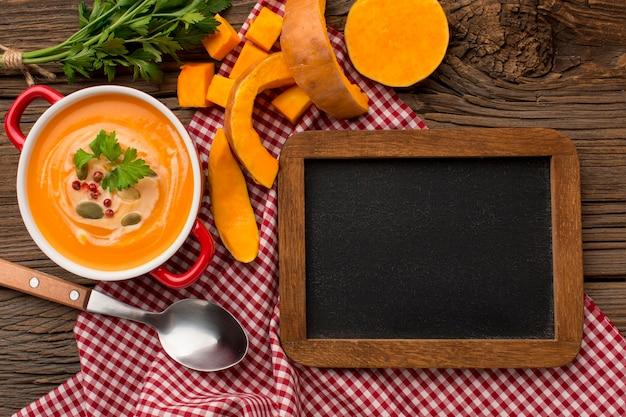 Bovenaanzicht van de winterpompoensoep met bord Premium Foto