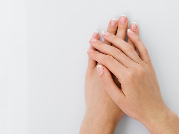 Bovenaanzicht van delicate gemanicuurde handen Gratis Foto