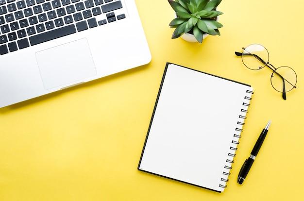 Bovenaanzicht van desktop met laptop en laptop Gratis Foto