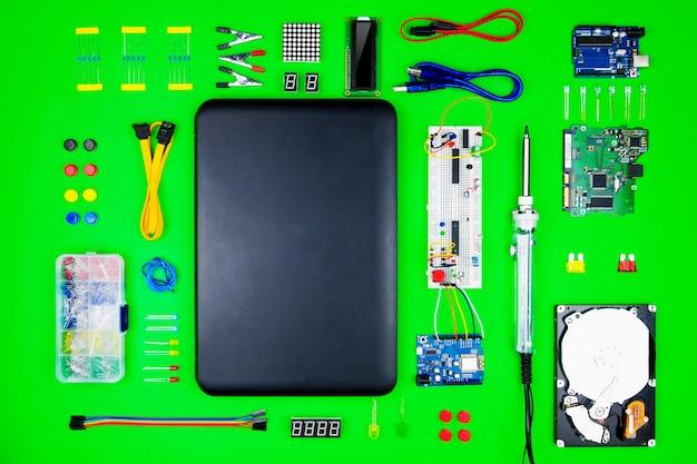 Bovenaanzicht van desktop van hardware engineer Premium Foto