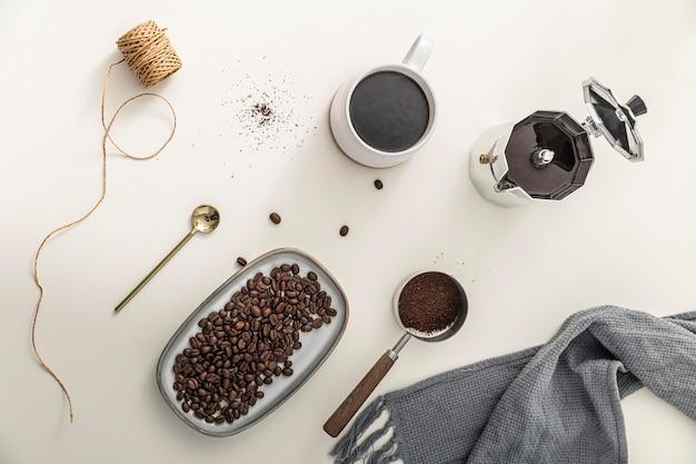 Bovenaanzicht van dienblad met koffiebonen en mok Gratis Foto