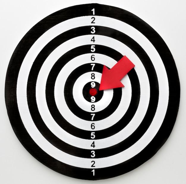 Bovenaanzicht van doel met pijl wijzend op bullseye Gratis Foto