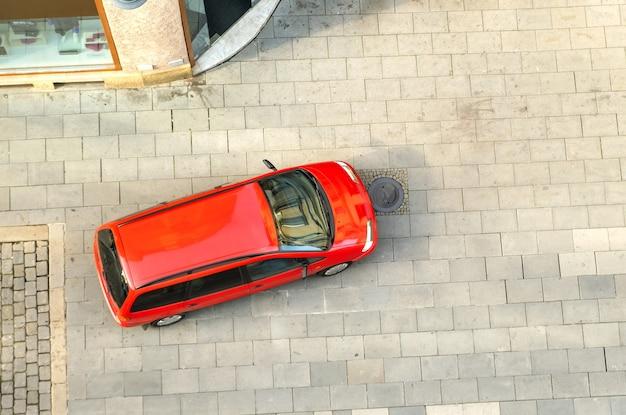 Bovenaanzicht van een auto rijden op een straat in de stad. Premium Foto