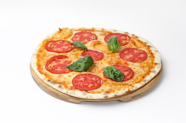 Bovenaanzicht van een heerlijke pizza geïsoleerd op een witte achtergrond Gratis Foto