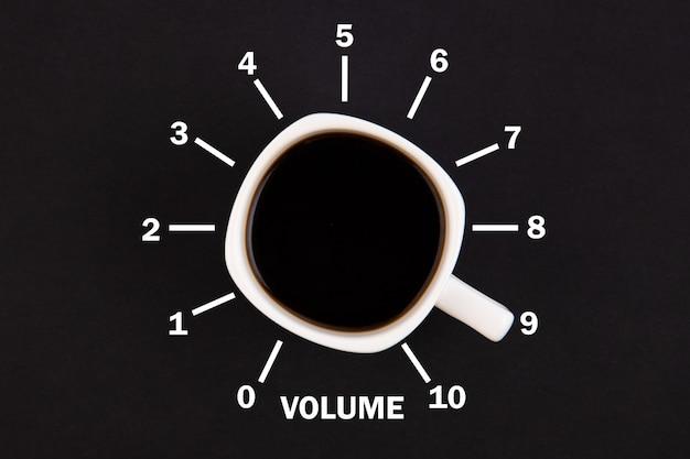 Bovenaanzicht van een kopje koffie in de vorm van volumeregeling van minimum tot maximum niveau Premium Foto