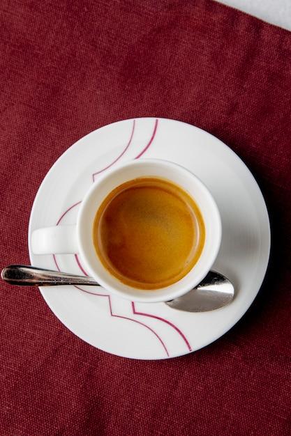 Bovenaanzicht van een kopje koffie op tafel Gratis Foto