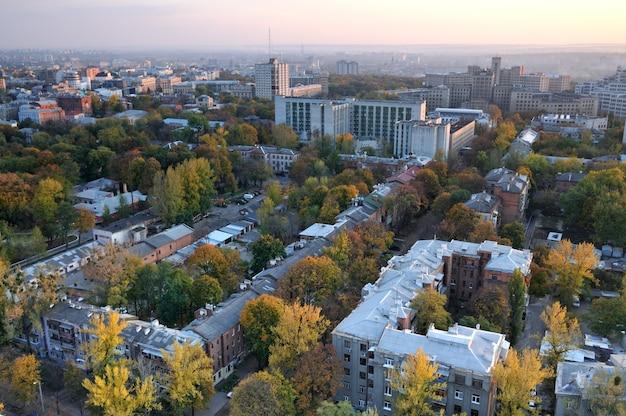 Bovenaanzicht van een moderne hoogbouwwoning met vergeelde bomen op een warme herfstdag Premium Foto