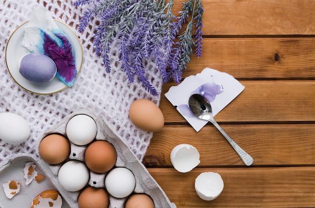 Bovenaanzicht van eieren en verf voor pasen met lavendel Gratis Foto