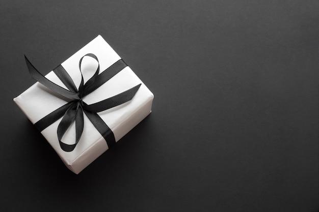 Bovenaanzicht van elegant geschenk Gratis Foto