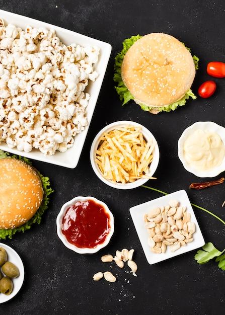 Bovenaanzicht van fast food op zwarte tafel Gratis Foto