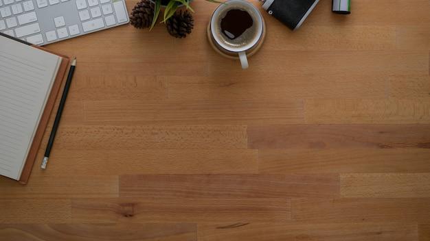 Bovenaanzicht van fotograaf werkplek met kantoorbenodigdheden Premium Foto