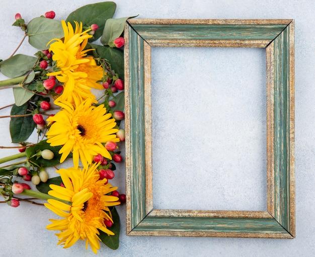 Bovenaanzicht van frame met bloemen op wit met kopie ruimte Gratis Foto