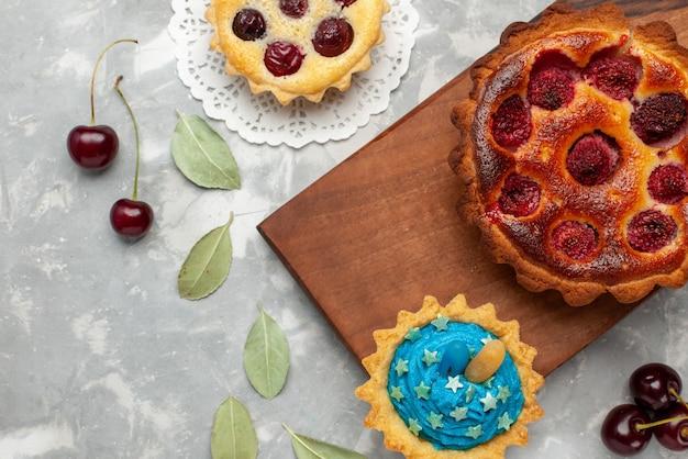 Bovenaanzicht van fruitige taart met frambozencake op licht, cake bak zoet fruit Gratis Foto