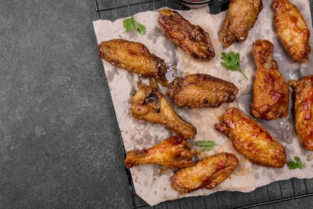Bovenaanzicht van gebakken kippenvleugels en poten op koelrek met kopie ruimte Gratis Foto