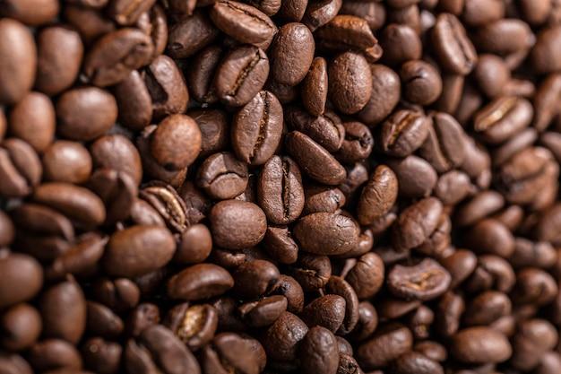 Bovenaanzicht van gebrande koffiebonen Gratis Foto