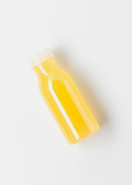 Bovenaanzicht van gele sapfles Gratis Foto